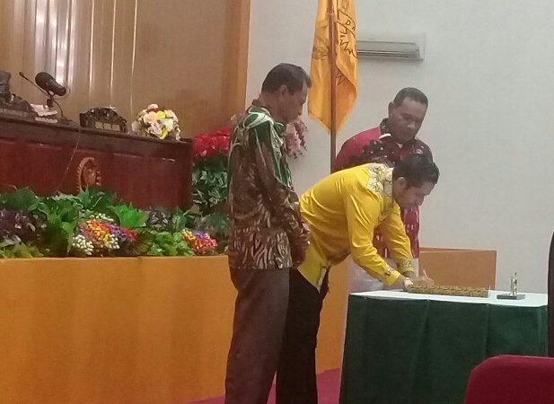 Ketua DPRD Kota Tual Tanda Tangan Perda LKPJ Walikota Tual 2018