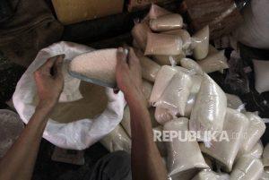 pedagang-saat-menimbang-gula-pasir-di-pasar-palmerah-jakarta-_160522174643-583