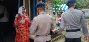 Brimob Maluku Sambangi warga Letvuan bagi sembako dan masker
