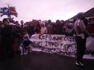 Aksi demo warga KTT di DPRD Kota Tual