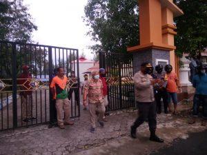 Kapolres Malra antar Wakil Ketua DPRD Kota Tual datang menemui para pendemo warga KTT