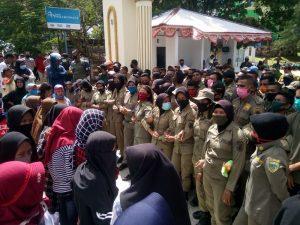 aksi demo Warga Dusun Fair di Pemkot Tual. Tampak Satpol PP buat pagar betis