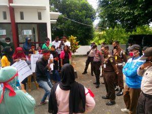aksi demo warga Dusun Fair di Kantor Kejari Tual