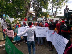 aksi demo warga Dusun Fair di Kantor Kejari Tual 2