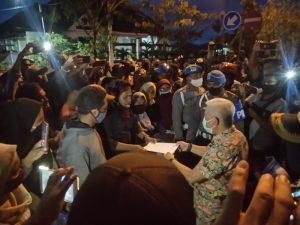 koordinator aksi demo warga KTT serahkan pernyataan sikap kepada Wakil Ketua DPRD Kota Tual