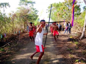 Generasi Muda Dusun Vatraan, Kota Tual ketika menjemput rombingan Walikota Tual memasuki Teluk Luv, dengan tarian adat Kei