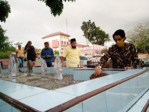 Hamud minta doa restu di makam Orang Tual
