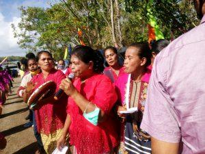 Kaum Ibu Dusun Vatraan menyanyikan lagu Adat Kei, menyambut Walikota bersama Waka DPRD Kota Tual dan Forkopimda