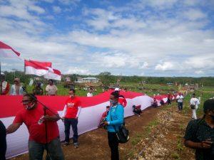 Pemuda Evav Bersatu bentangkan Merah – Puitih sepanjang 300 meterr di Kebun Kesyang Pemkab Malra