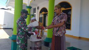 Personil Kodim 1503 Tual bagi masker kepada para Jemaah di Masjid Vatdek