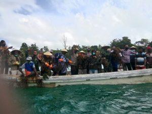 Waka DPRD Kota Tual besama Forkopimda dampingi Walikota panen raya rumput laut di Teluk Luv