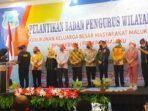 Penyerahan-Cendramata-KKBM-kepada-Ketua-DPRD-Kota-Tual-bersama-Unsur-Pimpinan-Daerah-Provinsi-Maluku-yang-hadir-saat-Pelantikan-Pengurus-KKBM