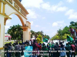 aksi mahasiswa didepan Kantor Walikota Tual