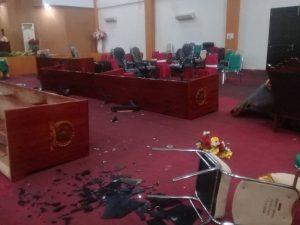 meja dan kursi drpd kota tual dibanting para demonstran
