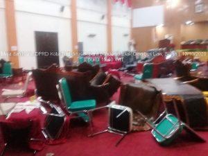 para pendemo tolak omnibus law banting meja dan kursi DPRD Kota Tual