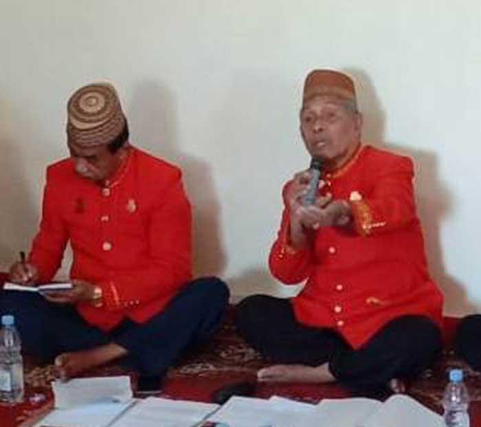 Ketua Dewan Adat Kei dan Sekretaris dalam memimpin Persidangan Adat Kei