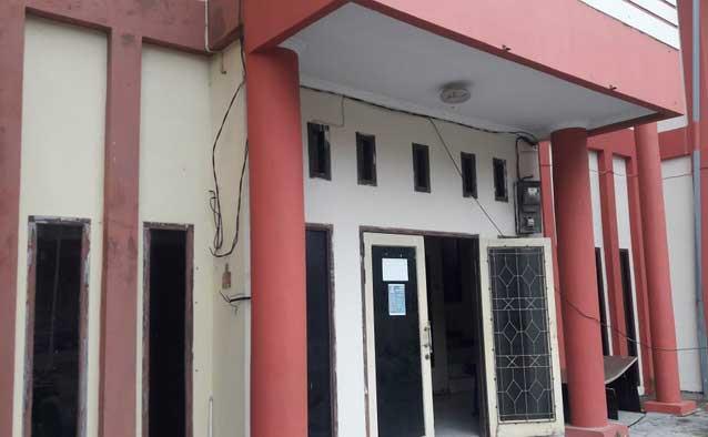 petugas PLN putus dan bongkar meteran lampu di Kantor Dinas Koperasi dan UKM Kota Tual karena menunggak pembayaran listrik