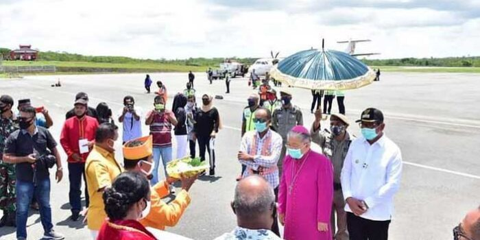 Penjemptan secara Adat Kei Uskup Diosis Amboina di Bandara Karel Sadsuitubun Langgur, Jumat ( 13/11/2020 )