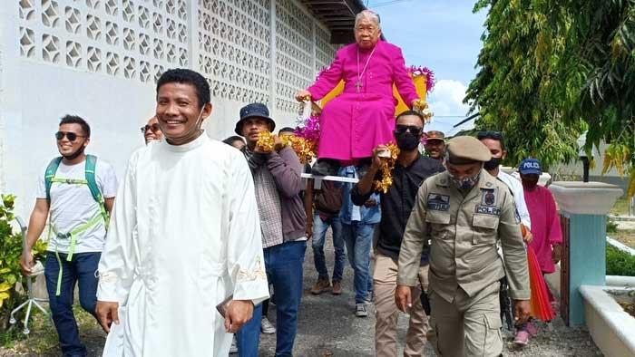 Uskup Diosis Amboina, Mgr. Petrus Canisius Mandagi, MSC, ditandu umat Katolik ketika melaksanakan kunjungan Kanonik di Pulau Kei