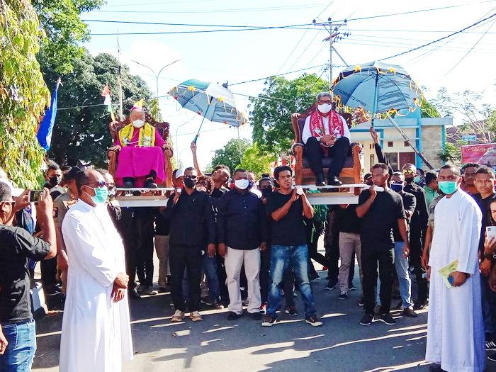 Uskup Diosis Amboina, Mgr. P.C. Mandagi, MSC dan Bupati Malra, M. Thaher Hanubun, setelah diterima secara adat Kei di Perempatan Lampu Merah, langsung dibawah dengan tandu oleh para pemuda Ohoijang menuju lokasi kegiatan.