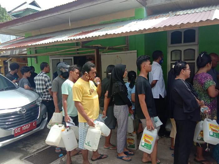 Warga di Kabupaten Malra dan Kota Tual antre beli minyak tanah