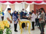 Anggota-DPRD-Kota-Tual-dari-PDI—Perjuangan-Aleks-Bima-Betaubun–serahkan-bantuan-kepada-nelayan-di-Kota-Tual