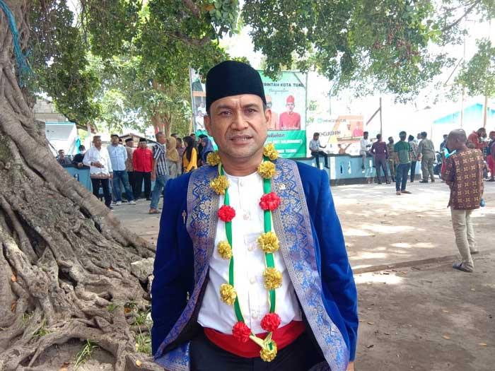 Anggota DPRD Maluku, Aziz Hentihu bersama Benhur G. Watubun, Amir Rumra, Mumin Refra, dan Ny. Saoda Tuanakota turut hadir dan menyaksikan prosesi adat pengukuhan Rat Baldu Wahadat dan Akbitan Ohoitel Vav,Sabtu ( 28/11/2020 ).