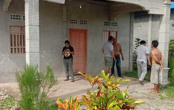 Satres Narkoba Polres Tual, di Propinsi Maluku, Minggu ( 27/12/2020 ), akhirnya memasang garis polisi dan menggembok satu rumah parmanen di UN Pantai Desa Taar, Kota Tual yang menampung miras sopi sebanyak 3,57 ton.