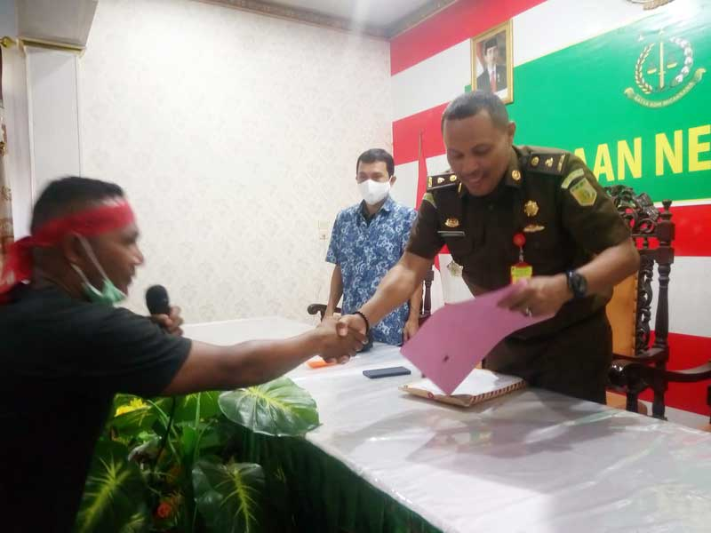 Kasi Pidsus Kejaksaan Negeri Tual, Chrisman Sahettapy SH.MH, ketika menerima laporan Aliansi Pemuda Dusun Fair terkait Kasus Dugaan Korupsi Dana Desa Dusun Fair, Kota Tual beberapah waktu lalu
