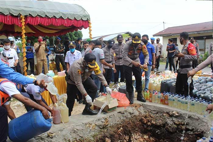 Kepolisian Resort (Polres) Tual, Senin (21/12/2020) melaksanakan pemusnahan minuman keras (miras) jenis sopi sebanyak 8,9 ton.