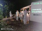 Psasien-meninggal-covid-19-Malra–diturunkan-dari-mobil-ambulance-di-TPU-Namar