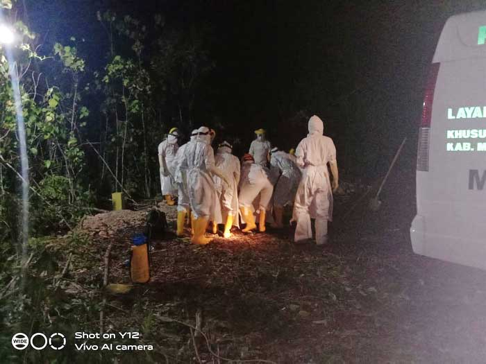 Pasien Covid-19 yang meninggal langsung dimakamkan ditempat pemakaman Baru di Desa/ohoi Namar Jln Ler Ngangas, Kecamatan Manyeuw, sesuai standar protokol kesehatan penanganan Pasien Covid-19.
