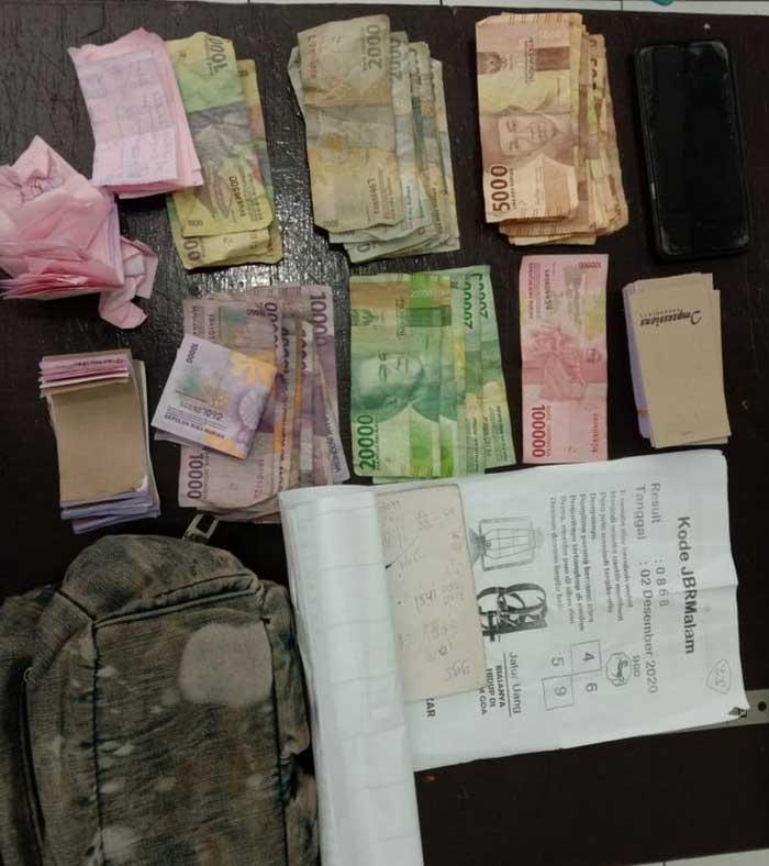 Tim Buru Sergap ( Busser ) Polres Tual kembali menangkap salah satu Ibu Rumah Tangga berinsial MR yang sedang menjual buku kupon putih ( togel ), Rabu ( 09/11/2020 ), pukul 15.00 WIT.