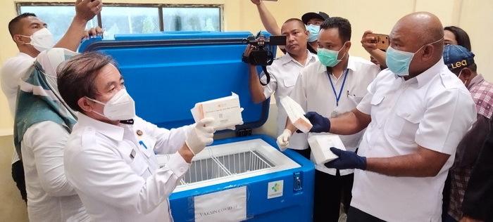 920 Dos Vaksin Sinovac Covid-19 telah tiba di Kantor Dinas Kesehatan Kota Tual, Propinsi Maluku, Rabu ( 27/01/2021 ), pukul 17.48 WIT.