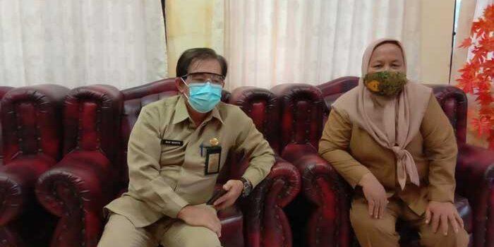 Plt Kepala Dinas Kesehatan Kota Tual Propinsi Maluku, dr. Martin Tinjojoi, yang didampingi Kasi P2PTM Dinkes Tual, Arfah Seknun, dalam keterangan kepada tualnews.com, Senin ( 11/01/2021 )