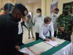 penandatangan berita acara serahterima vaksin kota tual