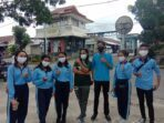 wakasek-kesiswaan-bersama-para-murid-usai-pembagian-masker-dipasar-Langgur