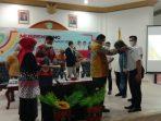 Walikota Tual lakukan Pengalungan kain kepada narasumber Musrengbang 2022