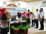 Wawali kalungkan kain kepada Narasumber Musrengbang Kota Tual 2022