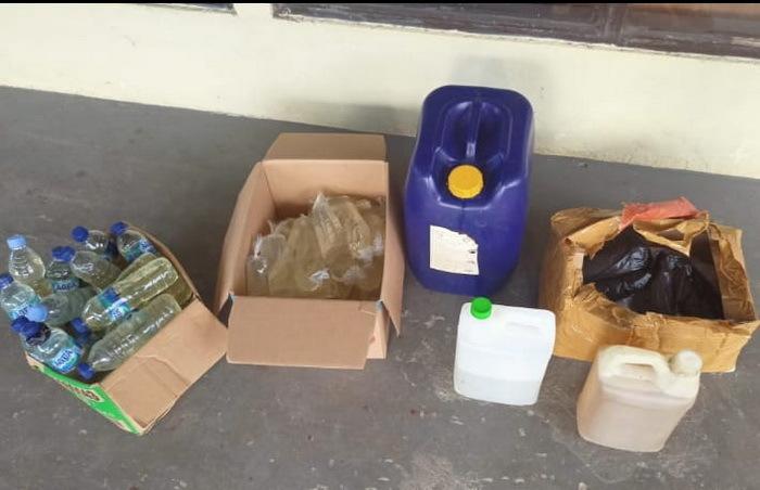 Satresnarkoba Polres Tual, di Propinsi Maluku, Jumat ( 26/02/2021 ), pukul 14.00 WIT, mengamankan tiga oknum Perempuan di Kota Tual, masing – masing satu Aparatur Sipil Negara ( ASN ) dan dua ibu Rumah Tangga yang tertangkap tangan menjual minuman keras ( miras ) jenis sopi.