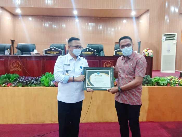 Kepala BNNP Maluku menyerahkan piagam kepada DPRD Kota Tual, yang diterima langsung Ketua DPRD Kota Tual, Hasan Syarifudin Borut, SE