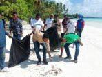 Ketua-PKB-Malra-pilih-sampah-plastik-di-pantai-wisata-Ngilngof