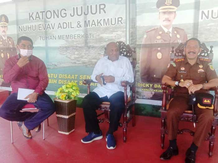 – Raja Tual, Djafar Tamher, Rabu ( 24/03/2021 ) mendatangi Kantor Kejaksaan Negeri Tual untuk memberikan dukungan, sekaligus suport kepada Kepala Kejaksaan Negeri Tual, Dicky Darmawan, S.H bersama jajaranya