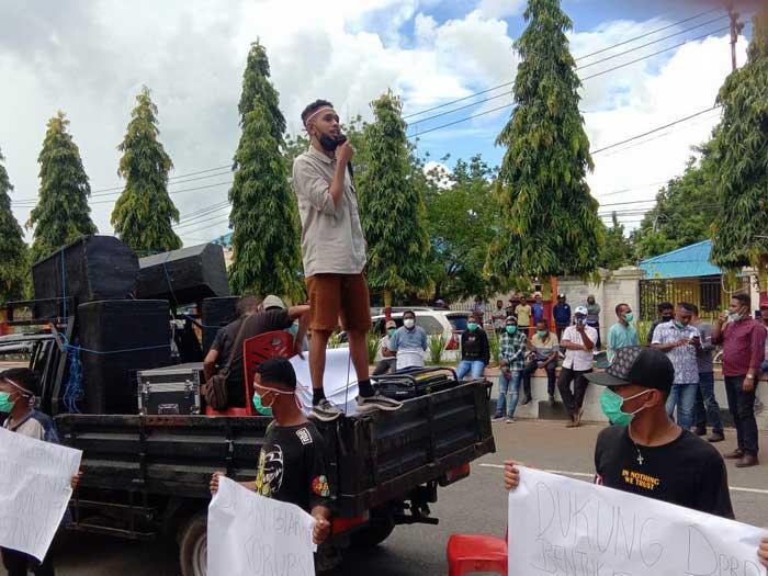 Aliansi Masyarakat Peduli Maluku Tenggara, Senin ( 15/03/2021 ) melaksanakan aksi demonstrasi di Kantor DPRD Kabupaten Maluku Tenggara