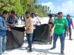pembersihan-sampah-plastik-di-pantai-wisata-pasir-panjang