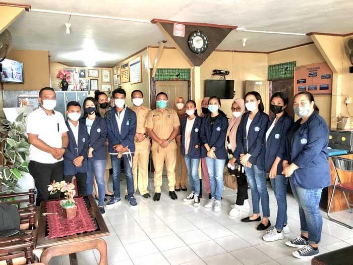 Dosen Pendamping KKN Universitas Kristen Indonesia Maluku ( UKIM ) ke 51, Demsy Wattimena, S.Sos, M.I.Kom, bersama sepuluh Mahasiswa KKN di Kelurahan Waihaong, Kota Ambon.