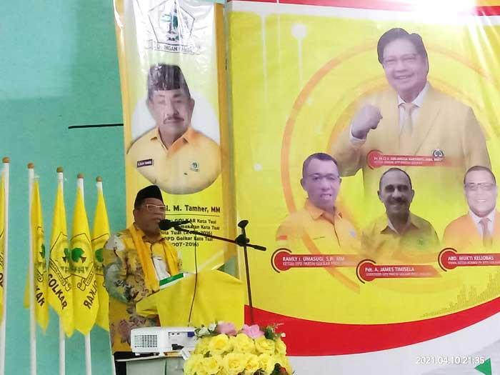 Walikota Tual, Adam Rahayaan, S.A.g membacakan sambutan pada pelantikan pengurus DPD Golkar Kota Tual, periode 2020 – 2025, Sabtu malam ( 10/04/2021 )